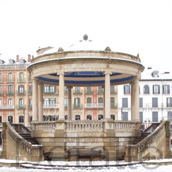 Panorámica de la plaza del castillo de Pamplona nevada